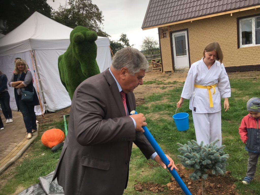 Президента РБ Лавренков ГМ сажает дерево на аллее почетных гостей в Башкировке.