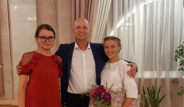 А.Л.Лазуркин с Марией Богдан (репетитор по биологии) и дважды стобалльницей Ульяной Хилькевич
